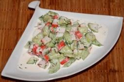 Sałatka z ogórkiem i surimi